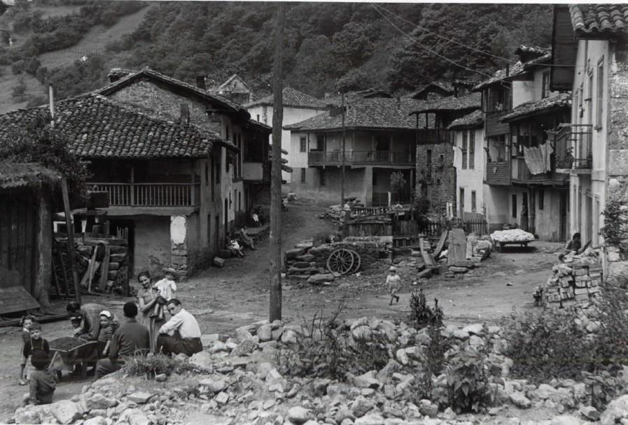 Panorámica del pueblo de Baiña. (Foto Alonso, ca. 195?)