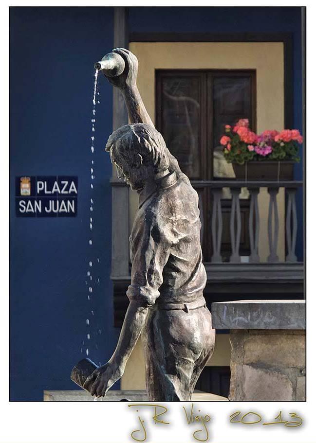 Detalle de la estatua del escanciador de la Plaza de San Xuan -Requexu- | José Ramón Viejo