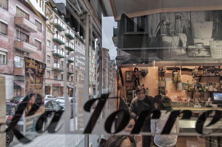 Reflejos en el Bar La Torre | Juan Luis Nepomuceno