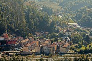 Vista panorámica de la urbanización y Quemaderu - Figaredo (Fot. Albino - AF Semeya)