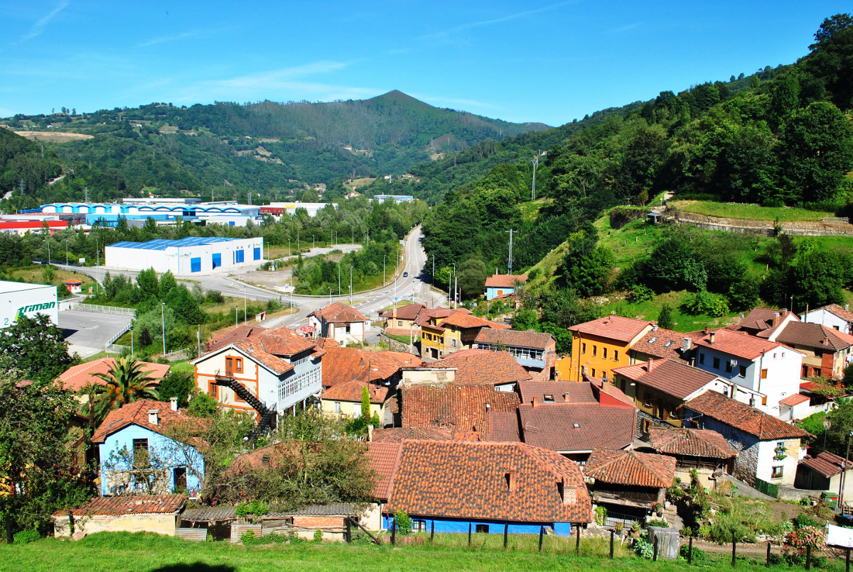 Aldea de Lloredo y el Picu Gua (Fot: Asoc. Cultural Los Averinos)