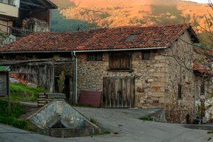 Casona y fuente en Vil.lar de Gal.legos  (Fot. Ana Belén Rodríguez - AF Semeya).