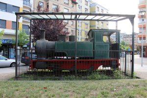 Locomotora SHE 11 junto a la Antigua Estación de Ferrocarril Vasco Asturiana
