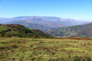 Vistas de Valle Nicolasa, gobernado por el Picu Llosoriu y  detrás  la Sierra del Aramo, desde el área recreativa La Teyerona.