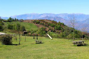 Vistas del área recreativa La Teyerona, el picu Llosoriu y Sierra del Aramo.