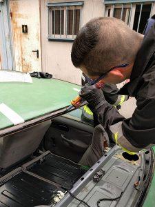 Aplicación de cordón de adhesivo para instalación de luneta.