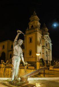 Escanciador de sidra e Iglesia de San Juan Bautista de noche (Fot. Yolanda Suárez - AF Semeya)