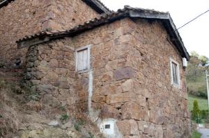 Fachada de la Cuadra, pajar y cocina de leña - Casares, Uxo