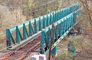 Puente viejo sobre río Caudal