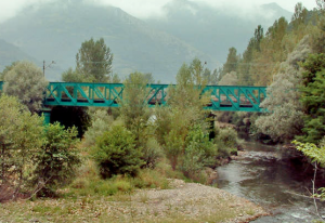 Vista al Puente viejo sobre río Caudal