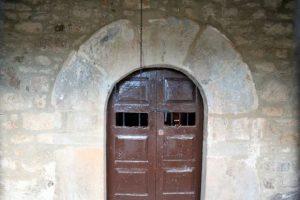 Entrada a la capilla de Santa Ana y San Antonio Abad, Carcarosa, Turón