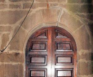 Entrada a la capilla de la Virgen de los Remedios, El Dochal, Urbiés