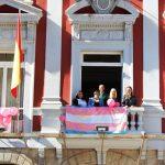 Bandera trans balcón Ayuntamiento
