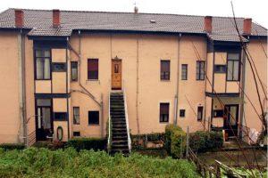 Vista trasera del edificio de viviendas de empleados de Electra de Viesgo