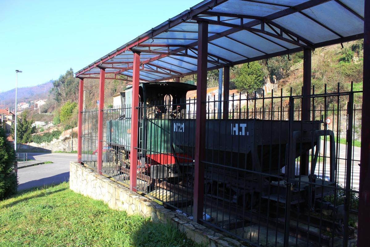 Vista lateral de la locomotora de vapor Turón3, La Cuadriella, Turón