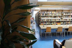Vista de la sala de lecturas de la biblioteca pública de Mieres