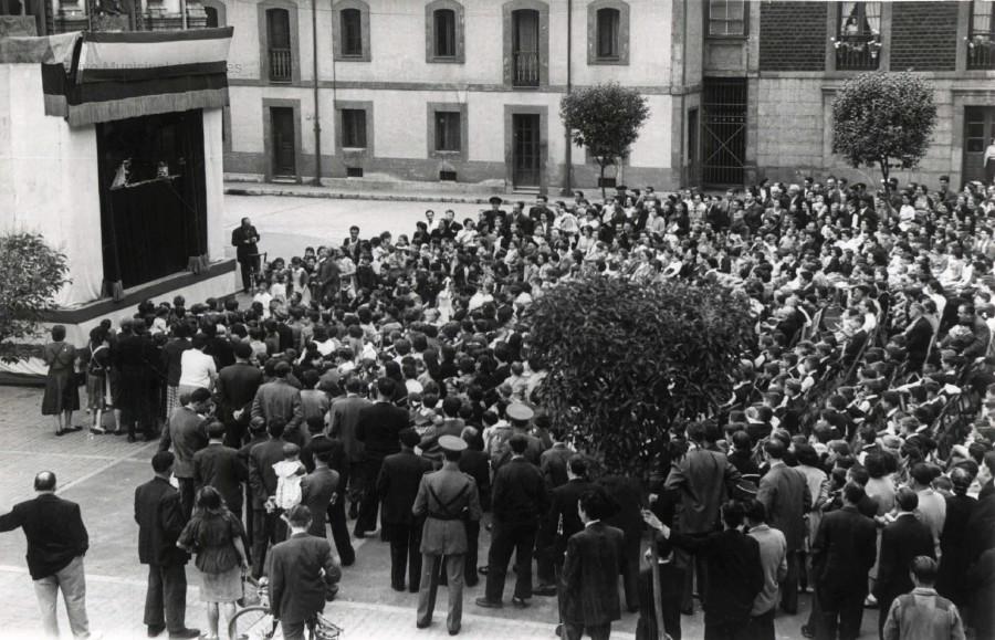 Teatro de marionetas en la Plaza del Ayuntamiento. (Foto Alonso, ca. 1958)