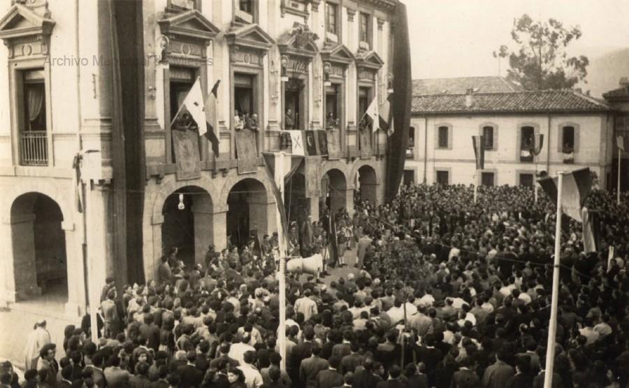 Asistentes al mitin del ministro José Girón en la plaza del Ayuntamiento (1950)