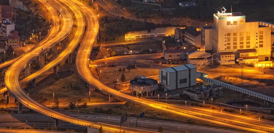 Vista panorámica nocturna del Lavadero del Batán y accesos autopista | César Sampedro