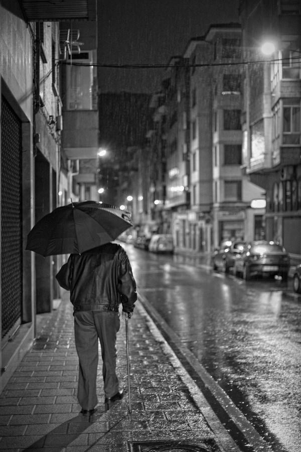 Lluvia y noche. Calle Alfonso Camín | César Sampedro