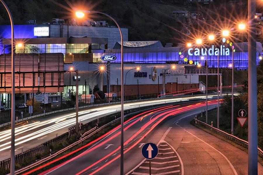 Vista nocturna del Centro Comercial Caudalia | César Sampedro