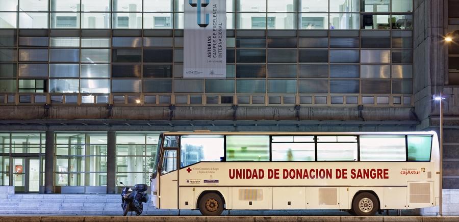 Unidad de donación de sangre, ante el Campus Universitario | César Sampedro
