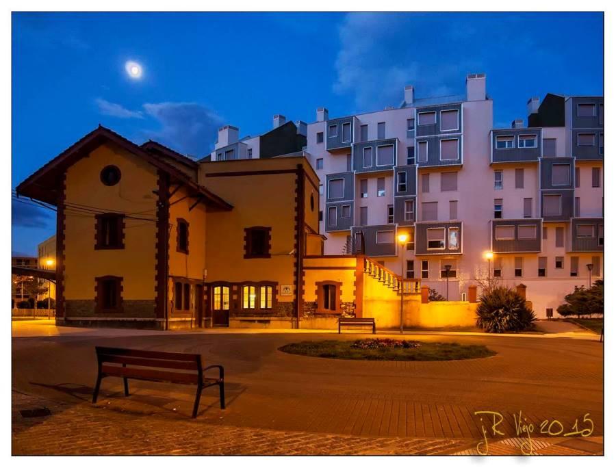 Antigua estación de FEVE y nuevos pisos de La Mayacina  | José Ramón Viejo