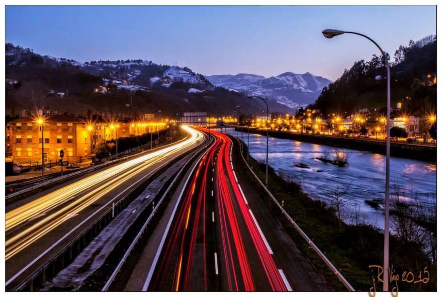 Anochecer sobre la autopista y el río Caudal | José Ramón Viejo