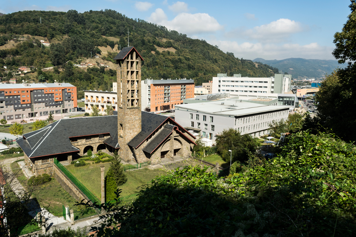 Vista a la Iglesia y Santuyano (Fot:  J.Vazquez - AF Semeya)
