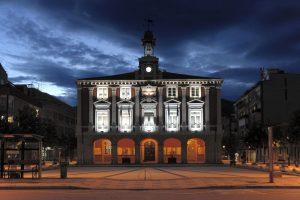 Fachada Casa Consistorial anocheciendo (Fot. José Luís - AF Semeya)