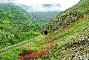 Senda y túnel (Fot.: Asoc. Cultural Los Averinos).