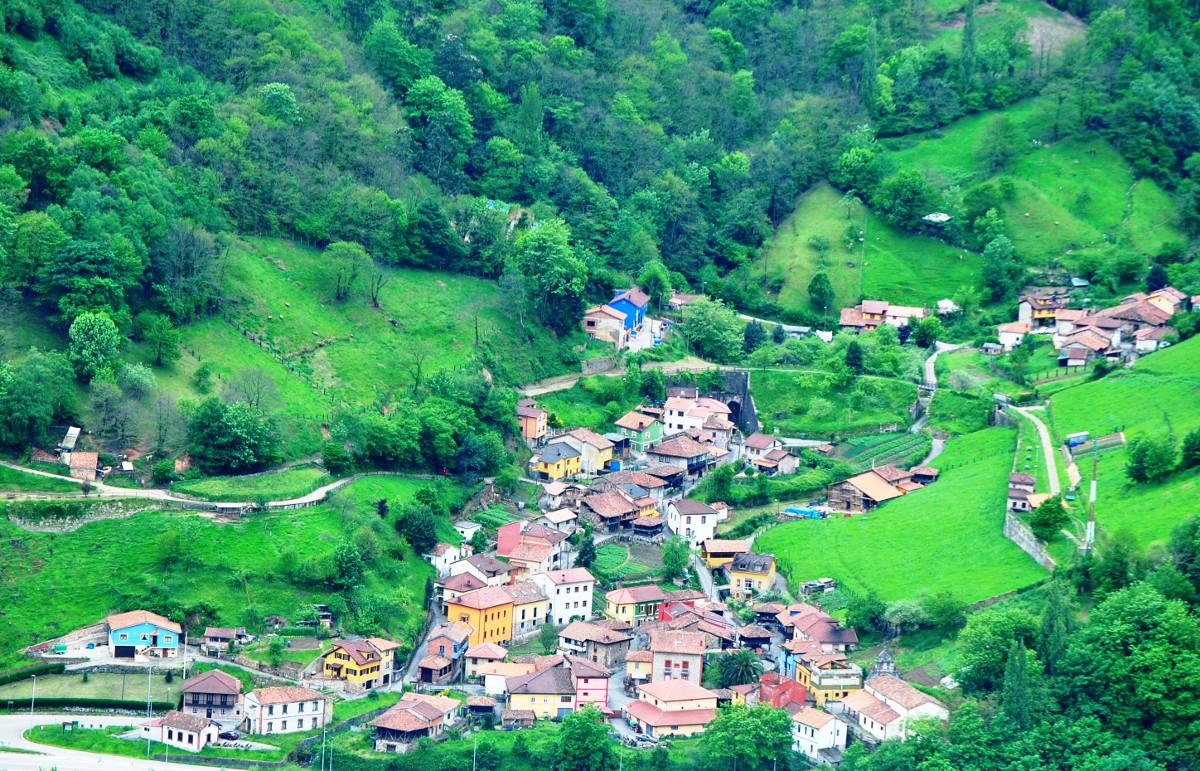 Vista al pueblo de Lloreo ( Fot: Asoc. Cultural Los Averinos)