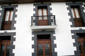 Detalle de los ventanales de la Antigua Escuela de Carcarosa