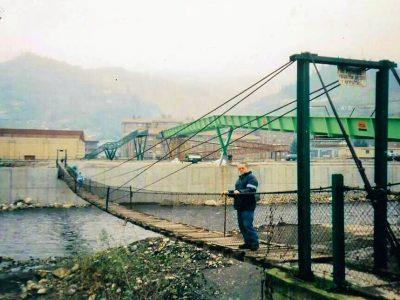 Antiguo puente colgante sobre el río Caudal.