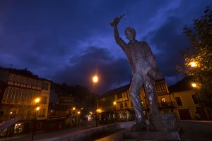 Escanciador de sidra anocheciendo (Fot. Carlos Salvo - AF Semeya)