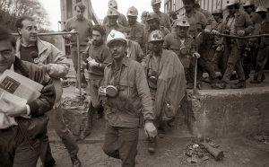 Gerardo Iglesias saliendo de la mina tras reincorporarse a su puesto de trabajo