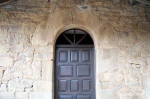 Detalle de la entrada a la capilla de la Virgen de las nieves, Viesca, Cuna