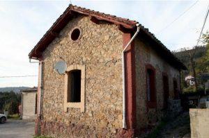 Edificio de la antigua escuela Los Tendeyones - La Rebollá