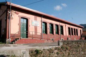 Edificio de la antigua escuela de Urbiés