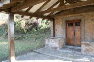 Entrada a la capilla de Santa Bárbara, Brañanoveles, Mieres