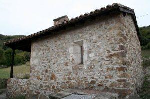 Vista lateral de la capilla de San Ándres y Santa Bárbara - Paxio, Cuna