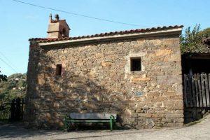 Vista lateral de la capilla de la Soledad, Enverniego, Turón