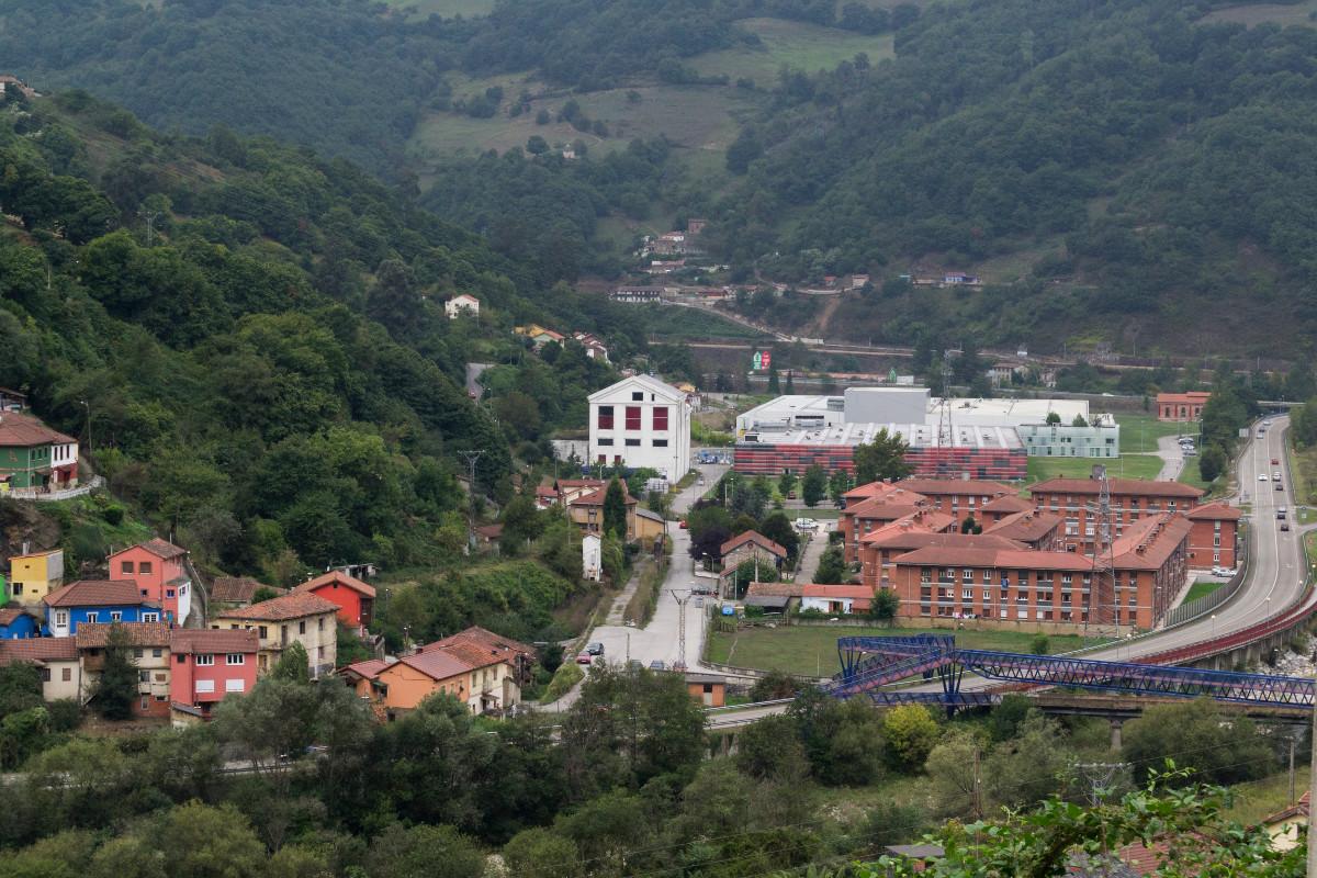 Vista panoramica del barrio de Sovilla donde destaca el antiguo edificio central del lavadero SHE - Santa Cruz (Fot. Cota - AF Semeya)