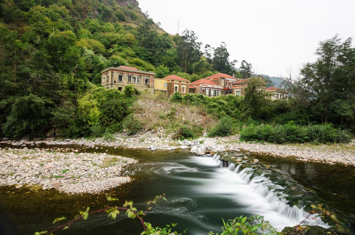 Vista desde el río al Sanatorio de Bustiello (Fot.Yolanda Suarez - AF Semeya)