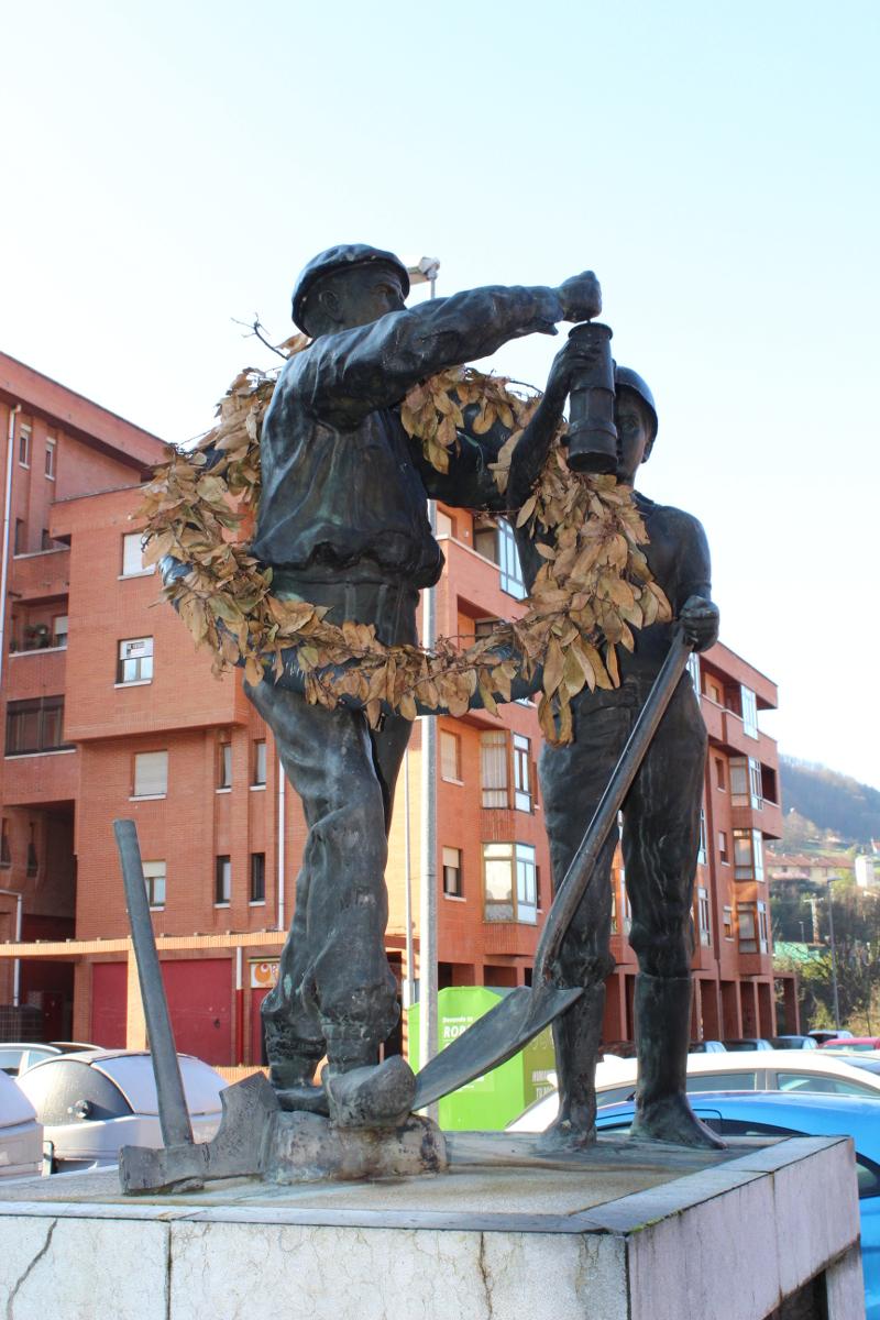Lateral Monumento al Minero Jubilado