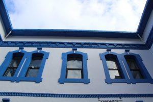 Parte superior de la fachada principal